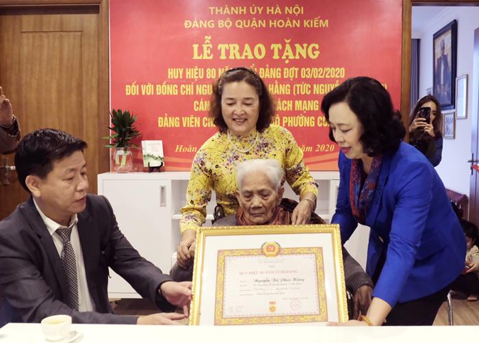Lãnh đạo Thành phố Hà Nội trao Huy hiệu 80 năm tuổi đảng