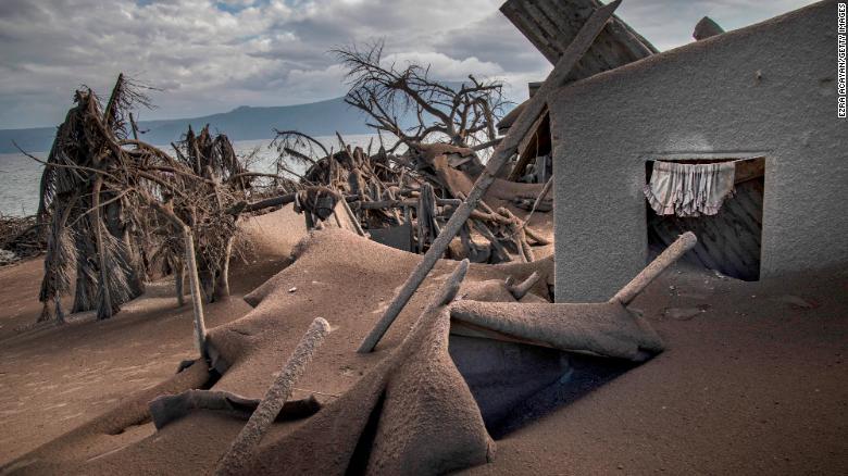 Philippines chìm trong tro bụi vì núi lửa phun trào