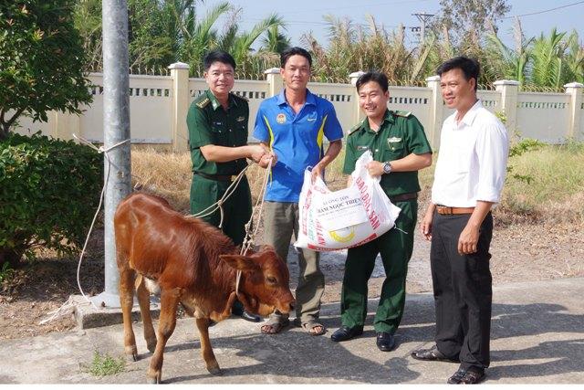 Tặng quà và bò giống cho hộ nghèo khu vực biên giới biển Sóc Trăng