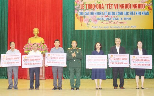 Quân khu 4 Tặng 1,44 tỷ đồng quà Tết cho 1 800 hộ nghèo