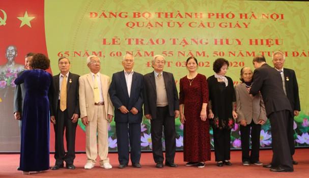 Hà Nội Quận ủy Cầu Giấy trao Huy hiệu Đảng cho đảng viên