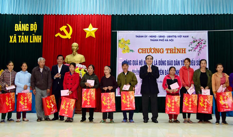 Bí thư Thành ủy Hà Nội tặng quà Tết hộ nghèo tại huyện Ba Vì