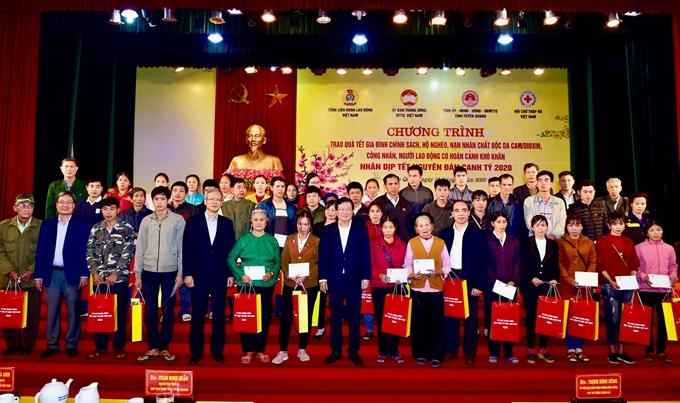 Phó Thủ tướng Trịnh Đình Dũng thăm, tặng quà Tết cho gia đình chính sách
