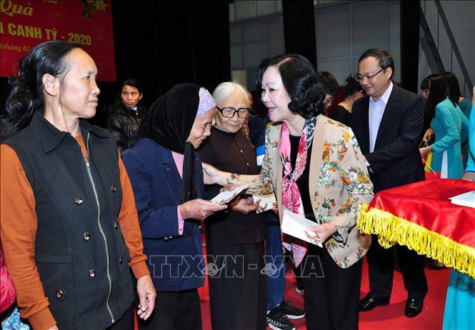 Trưởng Ban Dân vận Trung ương trao quà Tết cho người nghèo