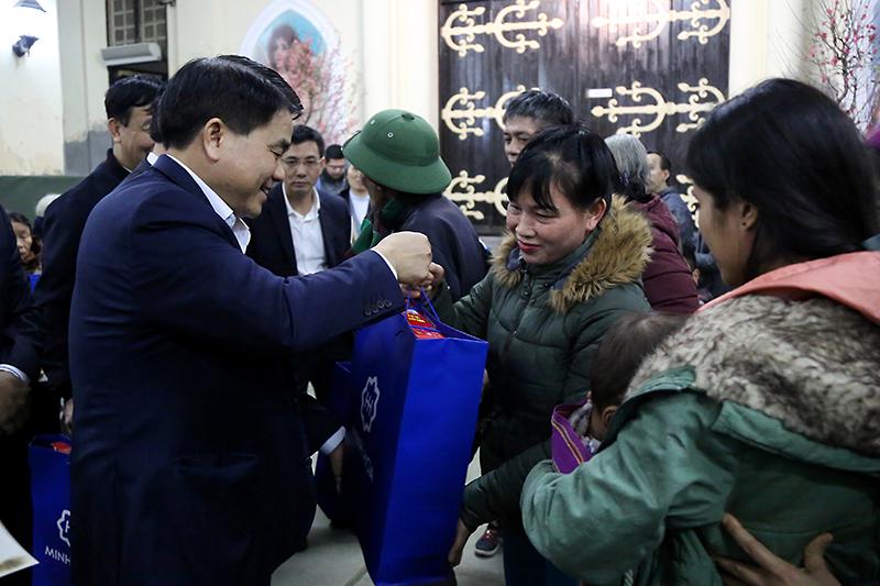 Lãnh đạo TP Hà Nội chúc tết và tặng quà cho gia đình khó khăn tại nhà thờ Dòng thánh Phaolo