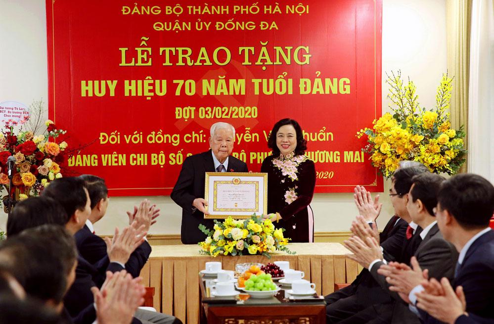 Hà Nội Trao Huy hiệu Đảng cho các đảng viên lão thành