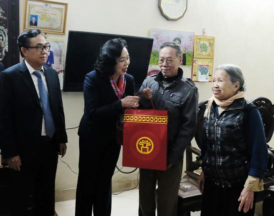 Lãnh đạo thành phố Hà Nội thăm, tặng quà các gia đình chính sách