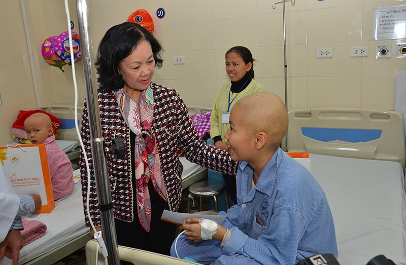 Trưởng ban Dân vận Trung ương trao quà Tết cho bệnh nhân ung thư