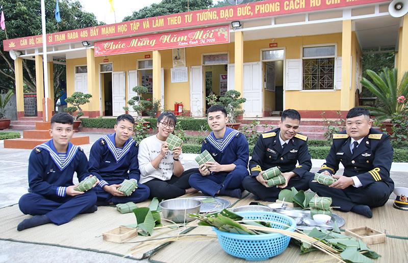 Lính đảo gói bánh chưng đón Tết