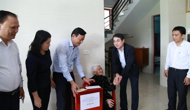 Vietcombank tặng 100 ngôi nhà nhân ái và 1 000 suất quà Tết cho người nghèo