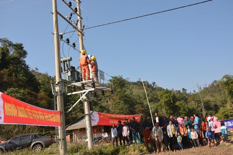 Gần 200 hộ dân xã Nậm Chua được dùng điện lưới quốc gia