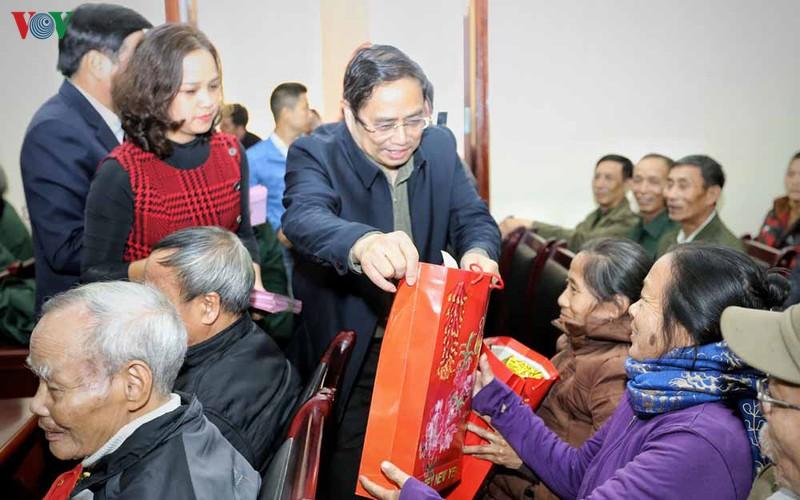 Trao quà Tết tặng hộ nghèo, gia đình chính sách tại Điện Biên