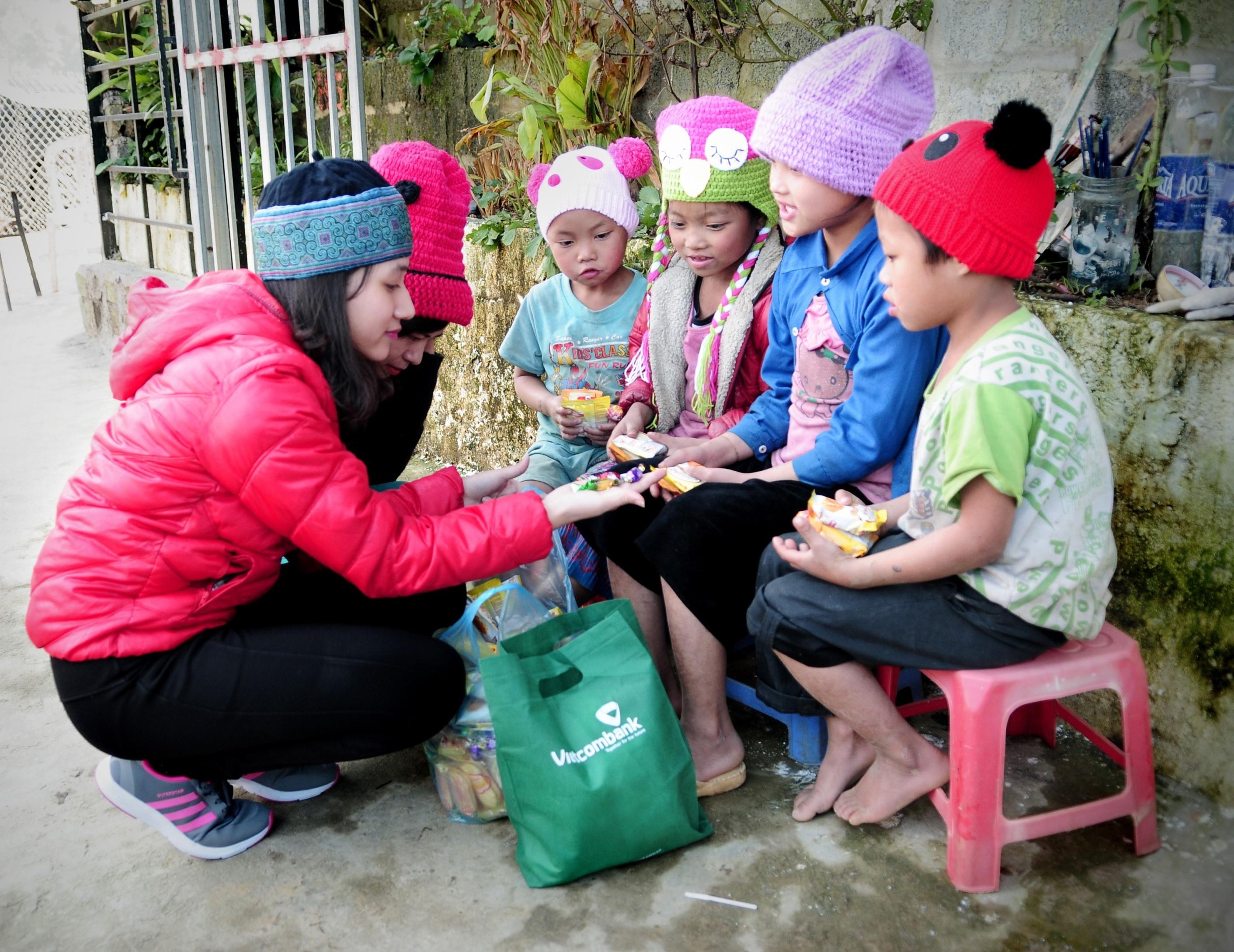 Vietcombank quyên góp gần 9 tỷ đồng, mang Tết ấm đến với người nghèo