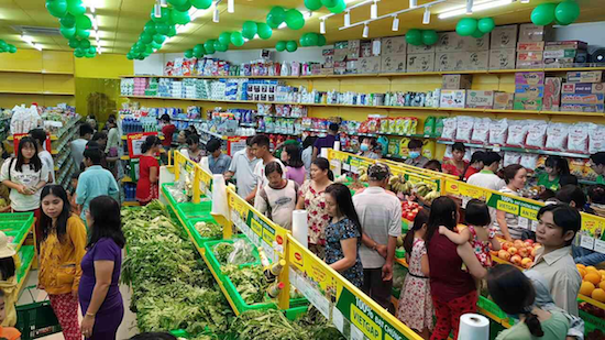 Nhiều siêu thị và chợ truyền thống đã hoạt động phục vụ người dân