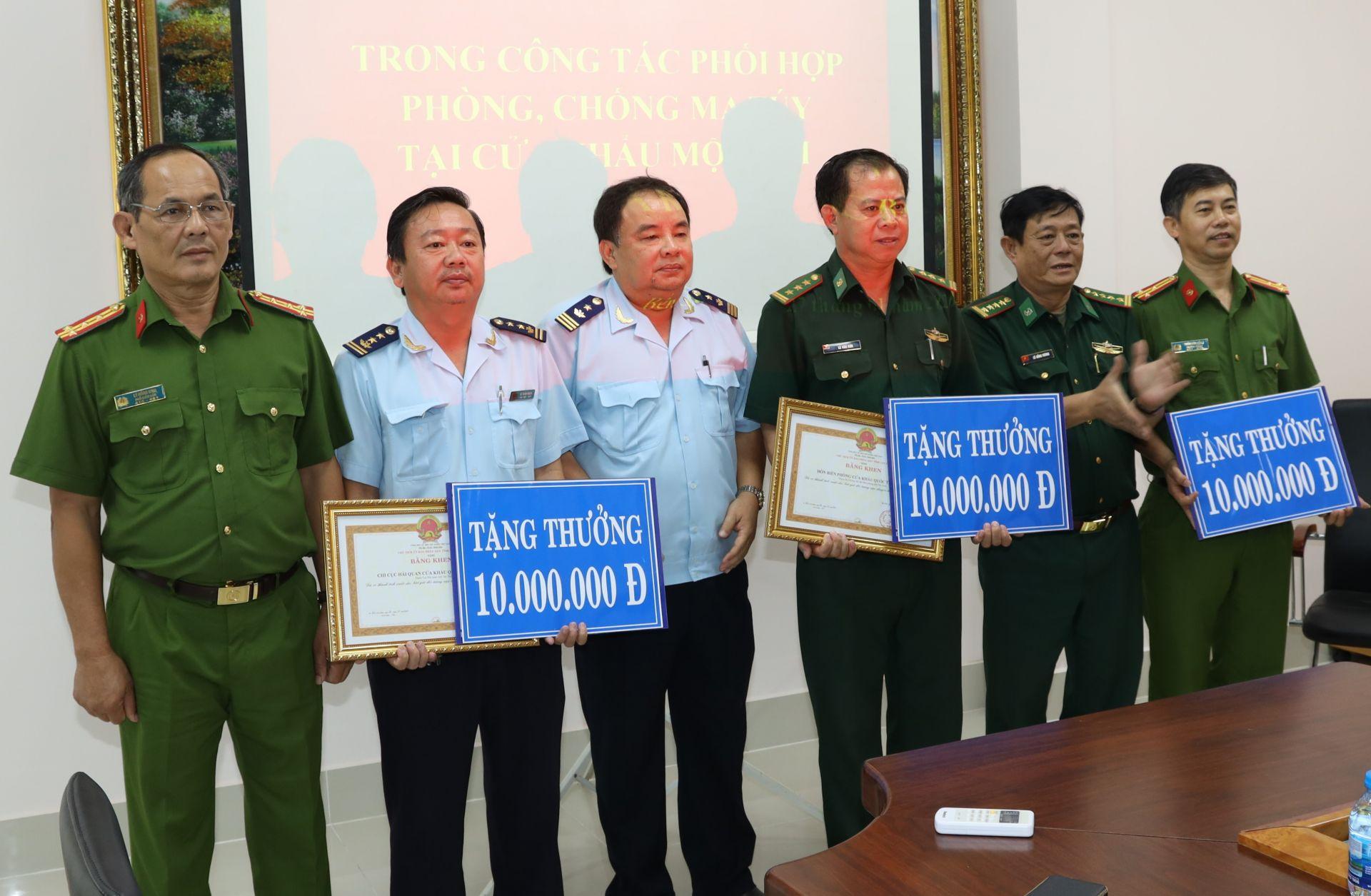 Tây Ninh Khen thưởng 3 tập thể bắt giữ vụ vận chuyển trái phép 13 kg ma túy đá