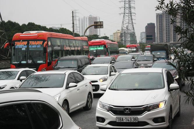 Người dân ùn ùn trở lại Thủ đô sau kỳ nghỉ Tết, giao thông ùn tắc