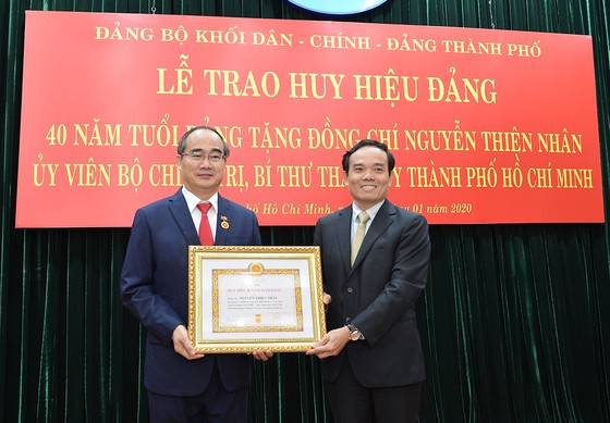 Trao Huy hiệu 40 năm tuổi Đảng cho Bí thư Thành ủy TP HCM Nguyễn Thiện Nhân