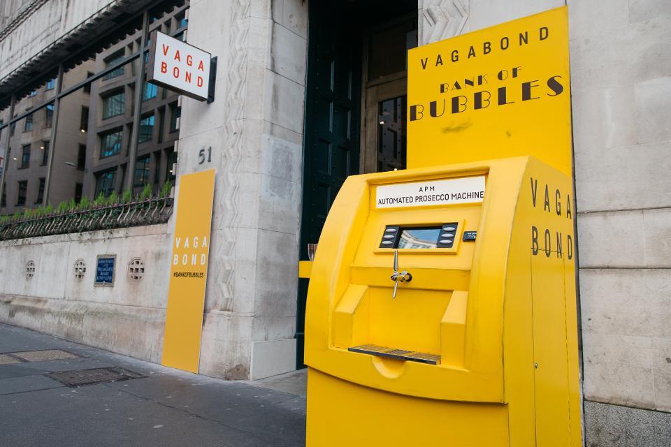 """Cây ATM """"nhả"""" ra rượu vang Prosecco ở thủ đô London Anh"""