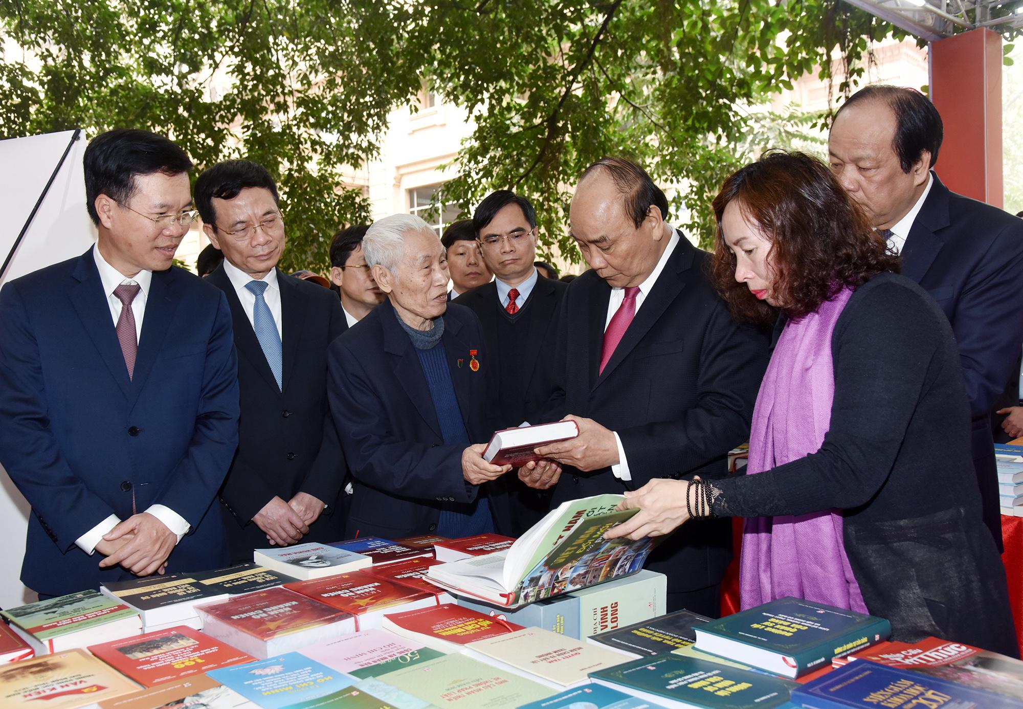 Thủ tướng thăm triển lãm 10 000 cuốn sách kỷ niệm 90 năm thành lập Đảng