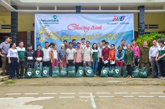 Vietcombank Quảng Nam tặng 350 suất quà đến người nghèo nhân dịp Xuân Canh Tý 2020