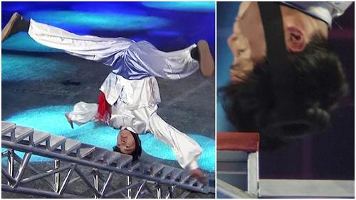 """Nghệ sỹ Trung Quốc dùng đầu để """"leo"""" 36 bậc thang"""