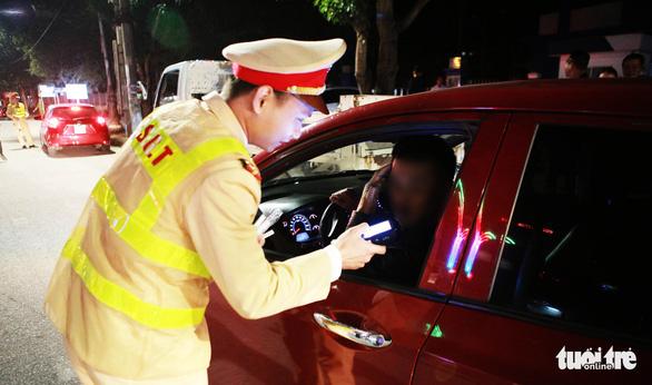 Cảnh sát giao thông đeo khẩu trang khi làm nhiệm vụ