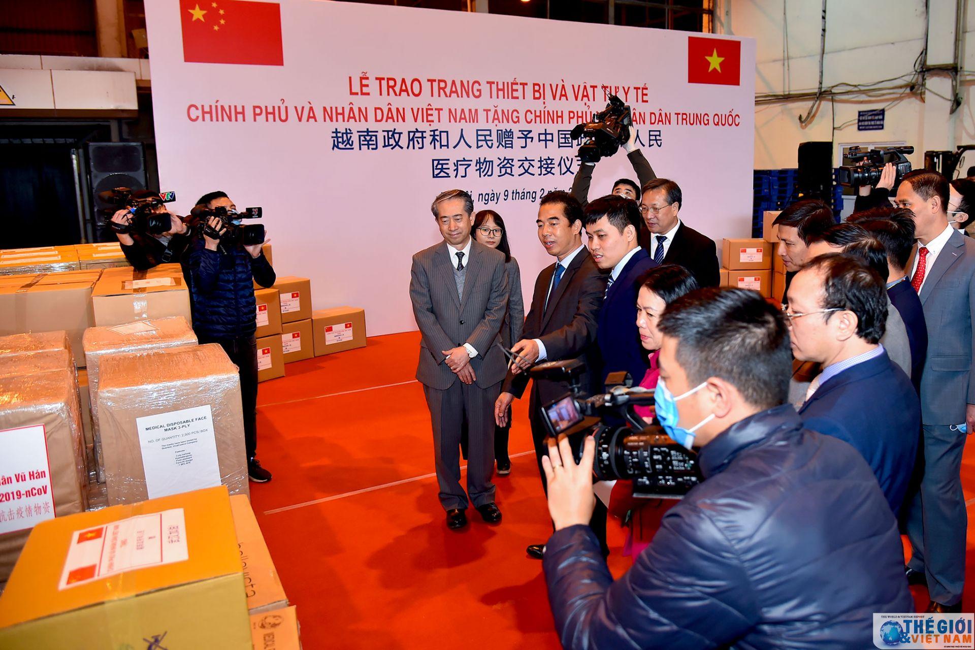 Việt Nam trao trang thiết bị, vật tư y tế tặng Trung Quốc chống dịch bệnh virus Corona