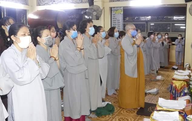 Người dân khi đến chùa phải đeo khẩu trang