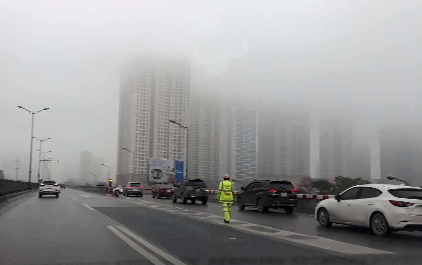 Sương mù dày đặc nhiều khu vực Hà Nội