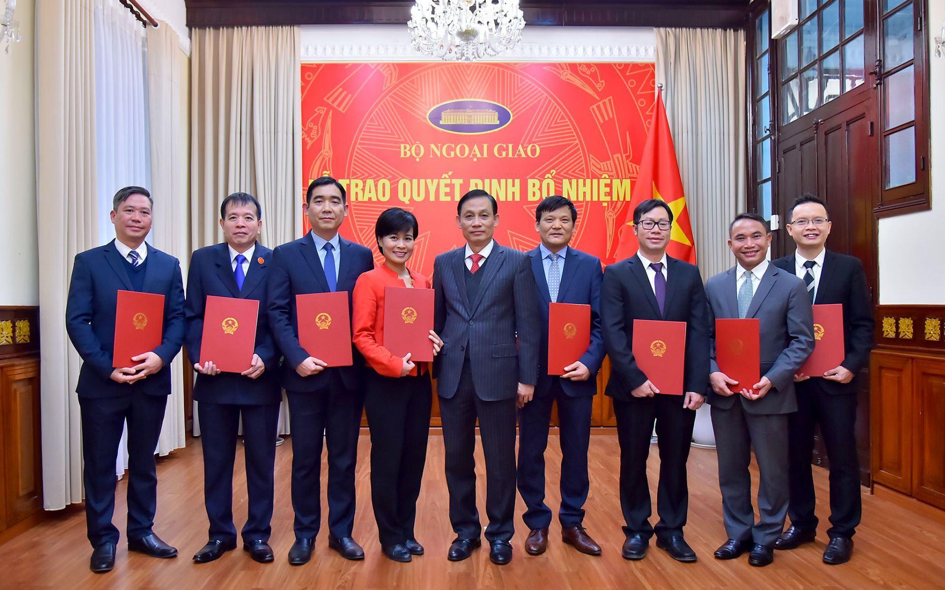 Bộ Ngoại giao trao quyết định bổ nhiệm, điều động cán bộ cấp Vụ