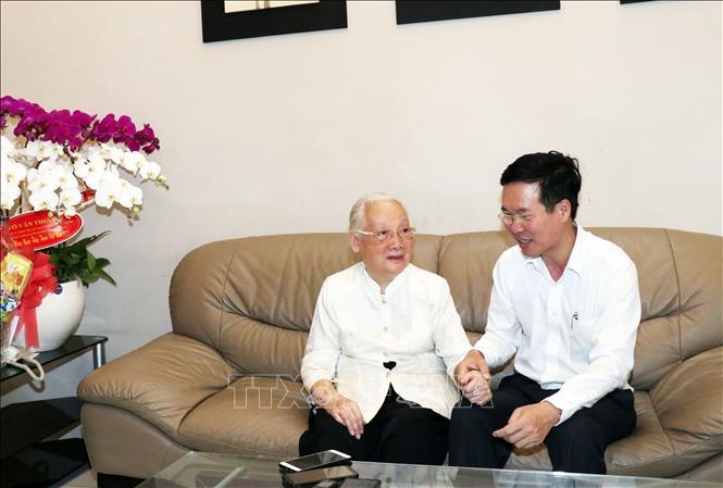 Trưởng Ban Tuyên giáo TƯ Võ Văn Thưởng thăm Thầy thuốc Nhân dân Đoàn Thúy Ba