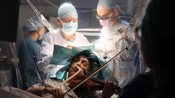 Anh Người nghệ sỹ chơi violon trong ca phẫu thuật