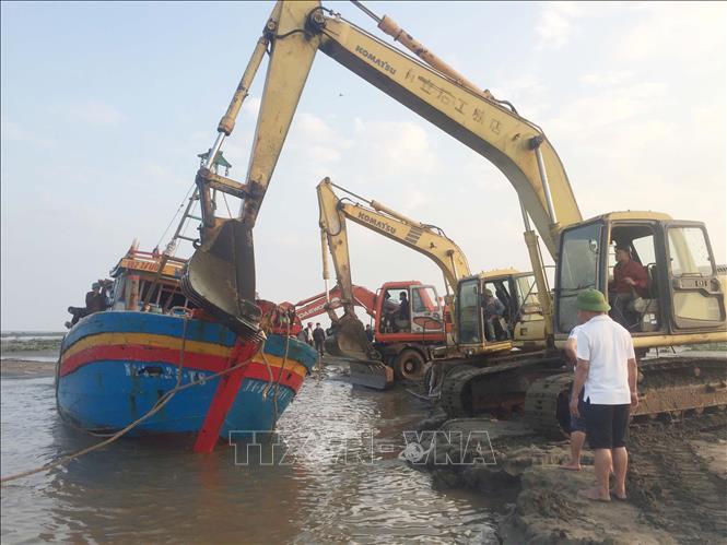 Trục vớt thành công tàu cá mắc cạn tại cửa Lạch Vạn