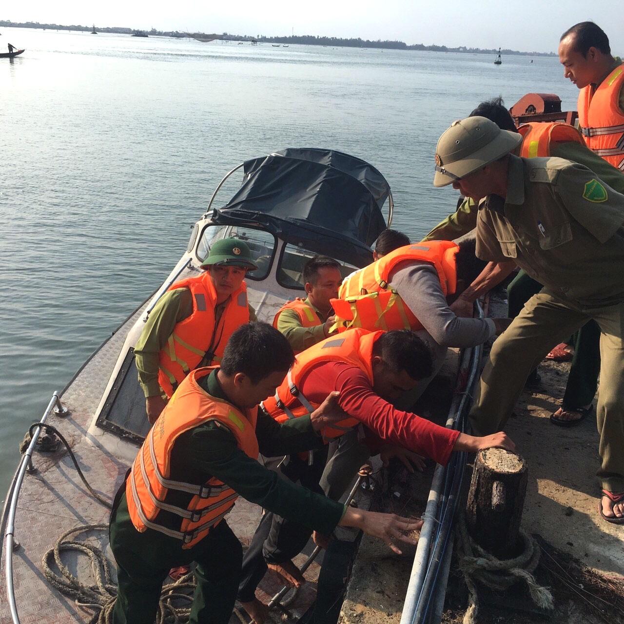 Thừa Thiên Huế cứu hộ an toàn 11 thuyền viên tàu bị sóng đánh vỡ mạn thuyền