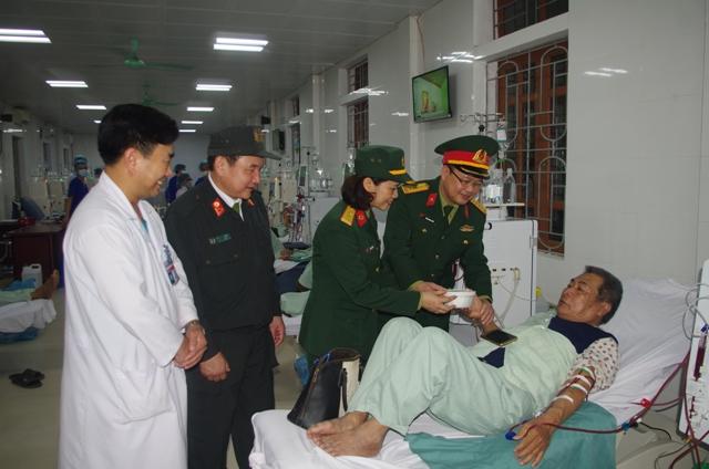 """""""Bát cháo tình thương"""" đến với bệnh nhân nghèo quân khu 4"""