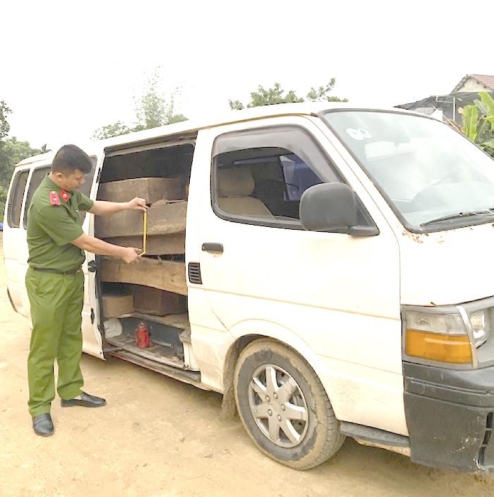 Phát hiện ô tô gắn biển số giả vận chuyển gỗ lậu