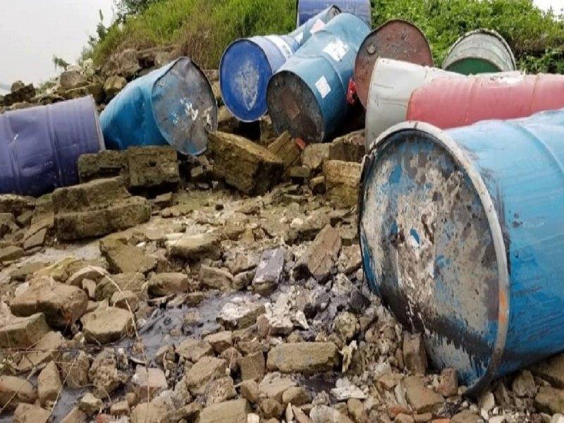 Khẩn trương điều tra vụ đổ trộm chất thải nghi độc hại xuống sông Hồng