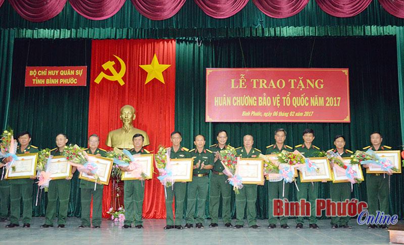 Trao tặng huân chương nhân dịp kỷ niệm 70 Ngày thành lập QĐND Việt Nam