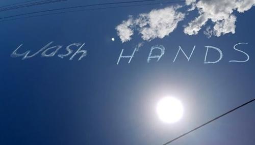 """Lời nhắc nhở """"rửa tay"""" ấn tượng trên bầu trời Australia"""