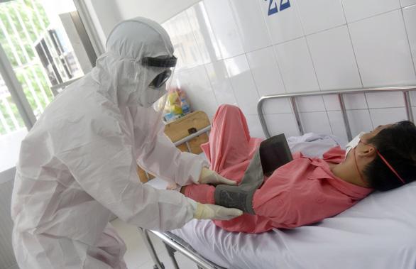 Hai nhân viên y tế đầu tiên của Việt Nam mắc COVID-19