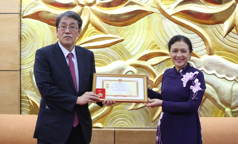 Trao Kỷ niệm chương Vì hòa bình, hữu nghị giữa các dân tộc tặng Đại sứ Nhật Bản