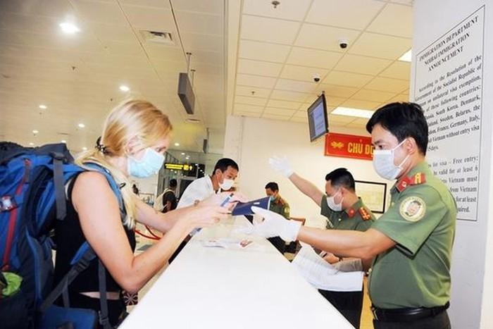 Đảm bảo công dân các nước chấp hành nghiêm túc các quy định về phòng chống dịch bệnh của Việt Nam