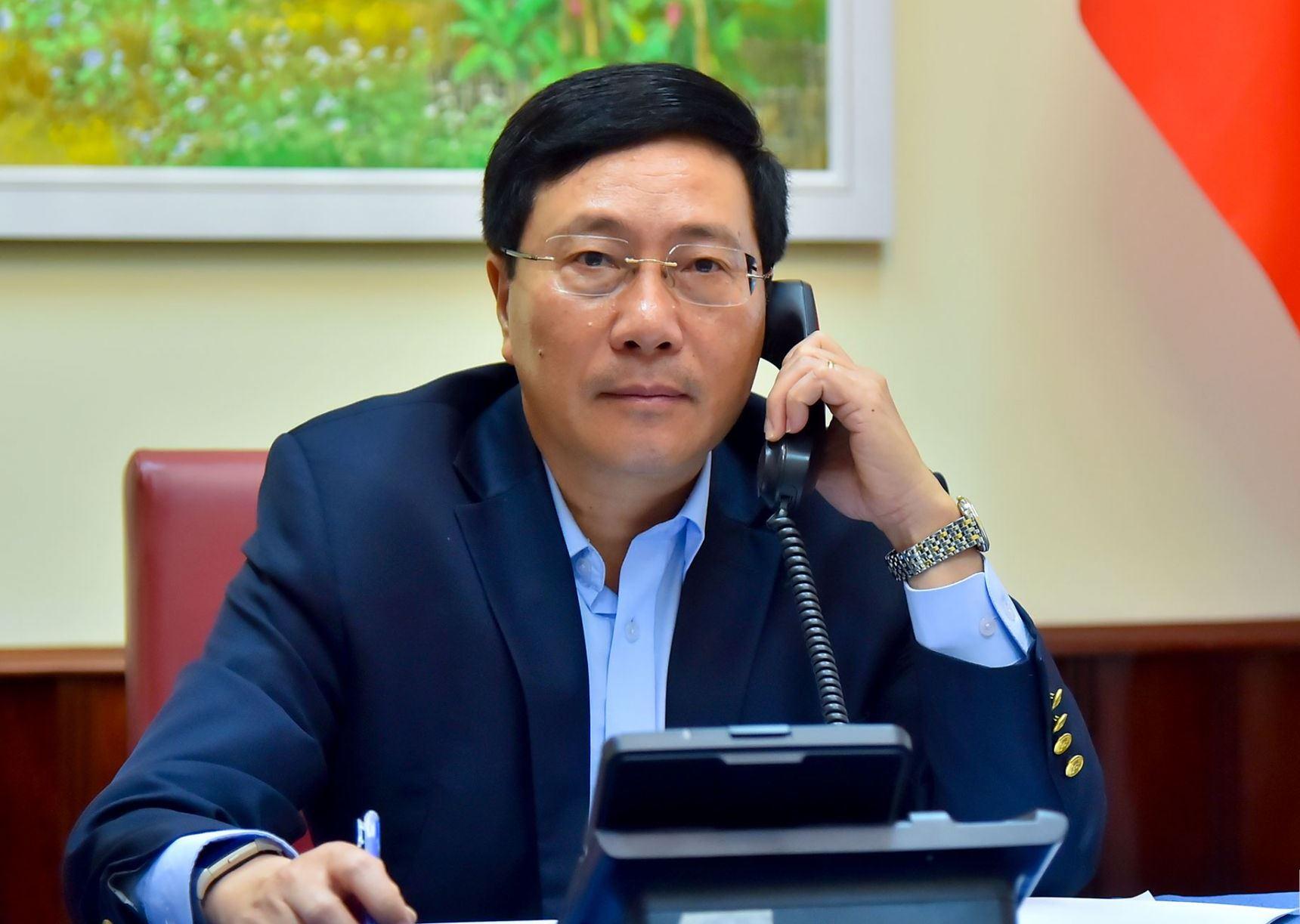 Phó Thủ tướng Bộ trưởng Ngoại giao Phạm Bình Minh điện đàm với Bộ trưởng Ngoại giao Philippines