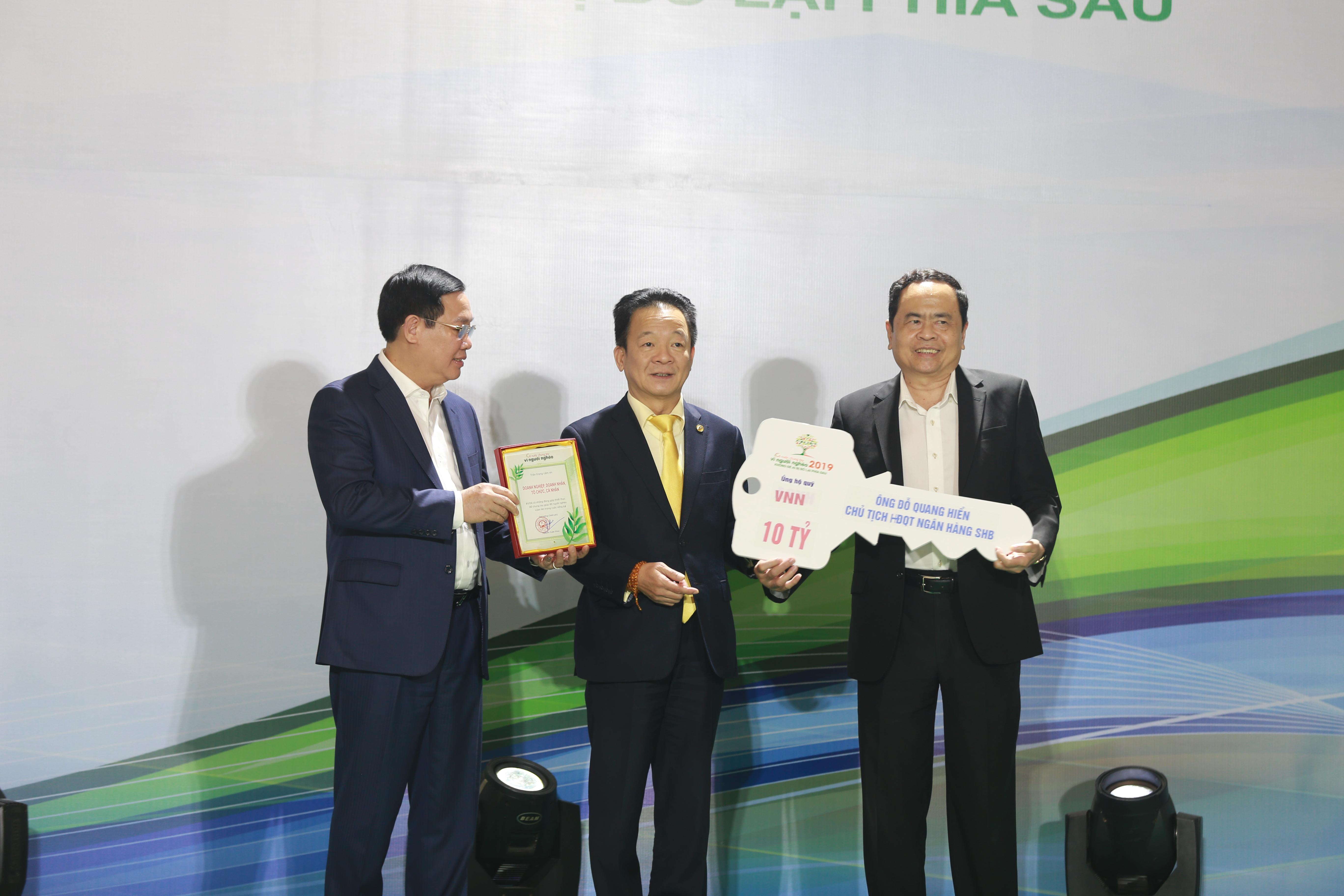 Cha con Bầu Hiển và CLB Hà Nội trao tặng các bệnh viện 4,5 tỷ đồng, nâng mức ủng hộ phòng chống COVID-19 lên trên 20 tỷ đồng
