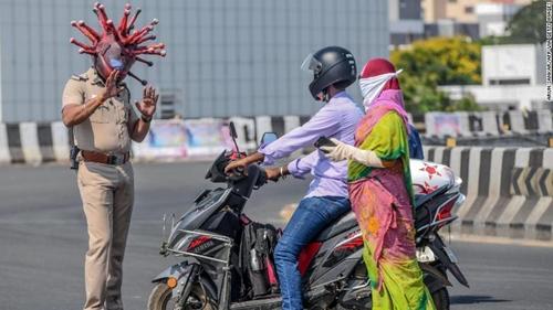 Ấn Độ Thanh tra giao thông đội mũ hình virus Corona