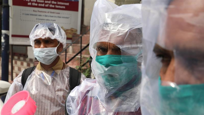 Bác sĩ Ấn Độ mặc áo mưa, đội mũ bảo hiểm phòng dịch COVID-19