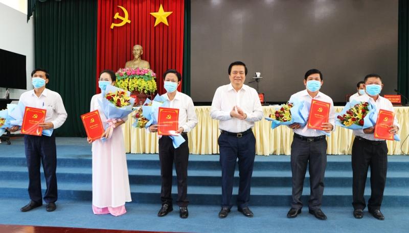 Long An Trao quyết định của Ban Bí thư chỉ định 5 đồng chí tham gia Ban Chấp hành Đảng bộ tỉnh
