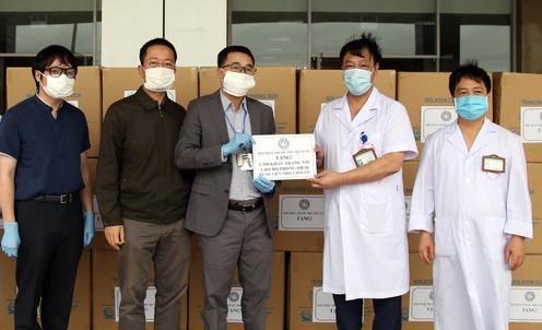 Hội Thầy thuốc trẻ Việt Nam hỗ trợ vật tư, thiết bị y tế đến các bệnh viện tuyến đầu