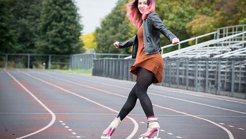 Vinh danh nghệ sỹ Canada có khả năng trượt lùi trên giày cao gót