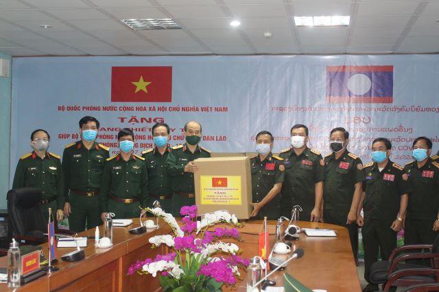 Hỗ trợ Bộ Quốc phòng Lào trang thiết bị y tế phòng, chống dịch COVID-19